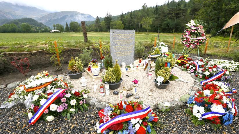 Germanwings-Absturz: Eine Steinplatte erinnert an die Opfer des Absturzes der Germanwings-Maschine am 24. März nahe dem französischen Alpendorf Le Vernet.