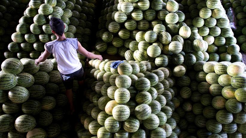 Mathematik: So sieht es aus, wenn Kugelförmiges in der dritten Dimension gestapelt wird. In diesem Fall: Melonen auf einem Markt in Manila.