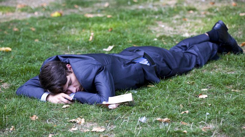 Na, schlecht geschlafen?: In der ersten Nacht an einem fremden Ort ist das Gehirn aufmerksamer, wir können uns nicht richtig ausruhen – als wir noch in der Wildnis geschlafen haben war das ein Überlebensvorteil.