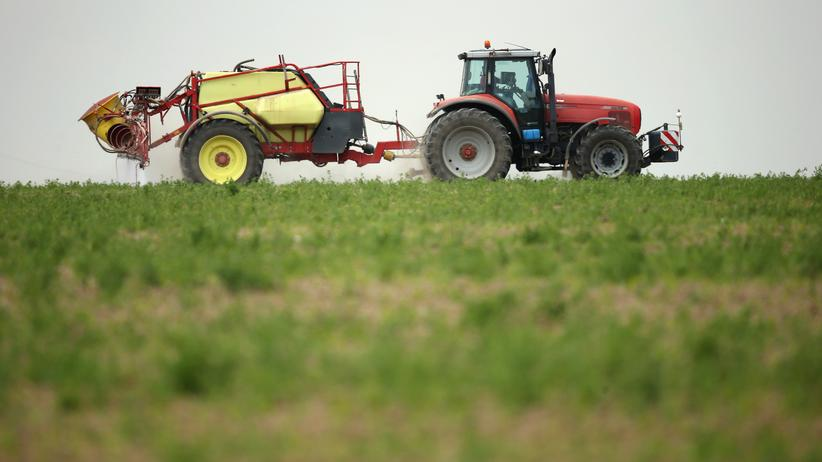 Glyphosat: PRENZLAU, GERMANY - MAY 19:  A tractor spreads pesticide on a field on May 19, 2016 near Prenzlau, Germany.