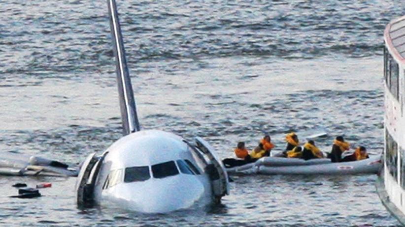 Chesley Sullenberger: Hudson River, New York, 15. Januar 2009: Passagiere des Fluges 1549 treiben auf einer Notrutsche weg von dem sinkenden Airbus. Pilot Sullenberger hatte ihn nach einem doppelten Triebwerksausfall im Fluss notgelandet.