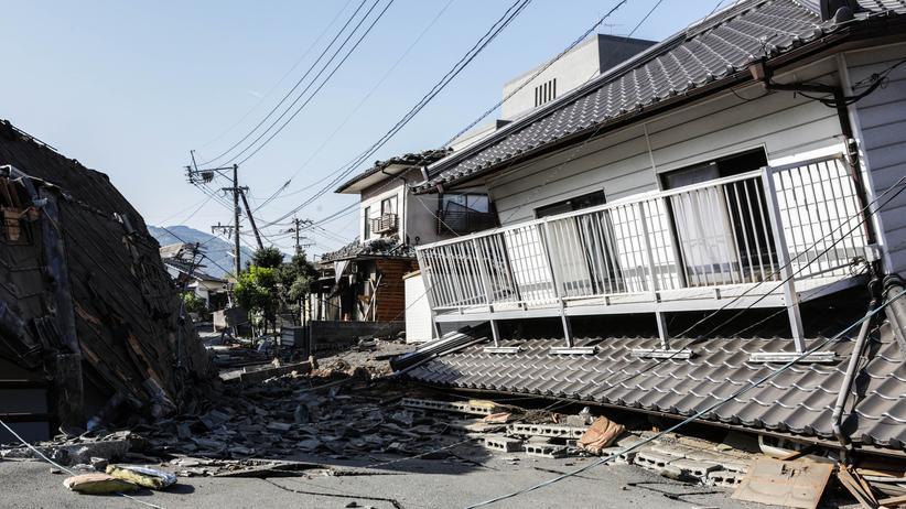 Seismologie: Zerstörte Häuser in der japanischen Stadt Kumamoto nach einem Erdbeben im April 2016