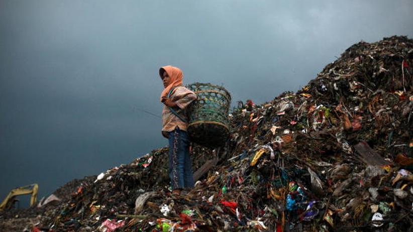 Städte: In Jakarta, Indonesien, ist Müll ein Geschäft, in dem schon die Kinder mitarbeiten, wie dieses elfjährige Mädchen. In Brasilien unterstützen manche Städte solche Müllsammler, um ihre Situation zu verbessern.