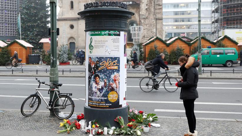 Mutmaßlicher Anschlag in Berlin : Zeichen der Trauer vor dem Weihnachtsmarkt am Breitscheidplatz
