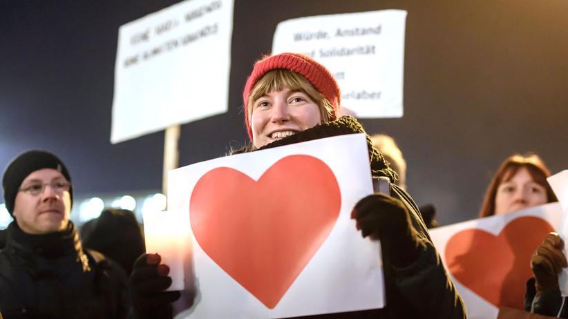 Empathie: Ein Hashtag allein ist kein Zeichen für Mitgefühl