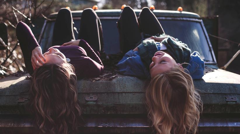 Erwachsenwerden: Pubertät = Jedes kleine Verknalltsein wird sofort zur größten Liebe aller Zeiten, bei jedem Liebeskummer sind wir sicher, dass wir ihn nicht überleben werden.