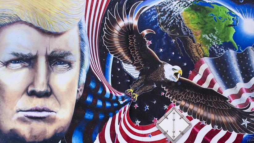 Forschung in den USA: Ein Werbeplakat aus der Trump-Kampagne auf einem Truck im Präsidentschaftswahlkampf