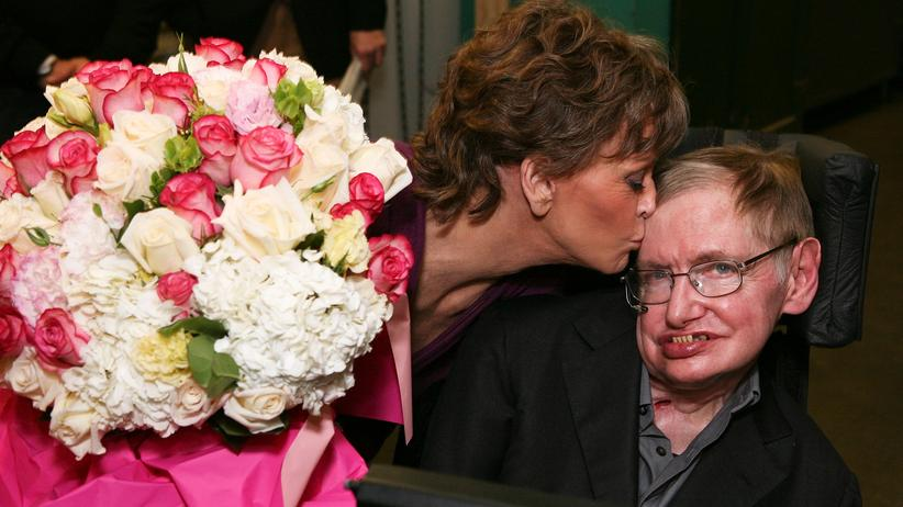 """Stephen Hawking: Schauspielerin Jane Fonda gibt dem Physiker Stephen Hawking einen Kuss nach der Premiere von """"33 Variations"""" (Archiv)."""