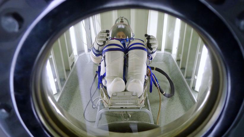 """""""Die Astronautin"""": Esa-Astronautin Samantha Cristoforetti beim Test ihres Raumanzugs 2014."""