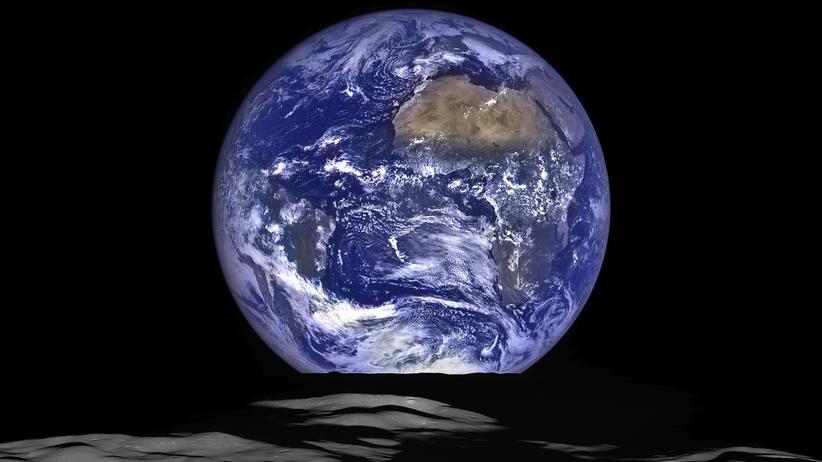 Raumfahrt: Erdaufgang auf dem Mond. Wird bald wieder ein Mensch diesen Blick genießen? Bisher macht nur der Lunar Reconnaissance Orbiter, eine Sonde zur Monderkundung, solche Aufnahmen.