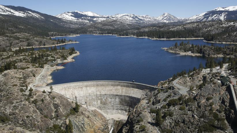 Klimawandel: Ein wieder gefüllter Staudamm vor den Bergen der Sierra Nevada in Kalifornien