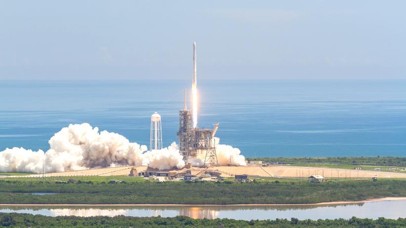 Raumfahrt: Die Falcon 9 kurz nach dem Start am Montag dem 14. August 2017.