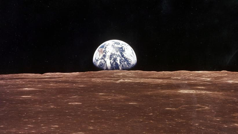 Deep Space Gateway : Ein Blick vom Mond zur Erde während der ersten bemannten Mondlandung der USA im Juli 1969