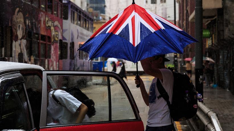 Regenschirm: Wer ins Auto steigt und den Regenschirm zusammenklappt, wird meist richtig nass.