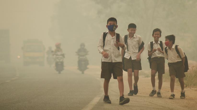 Studie: Schüler mit Mundschutz in Indonesien