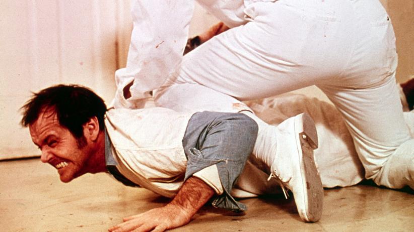 """Antipsychiatrie: Psychiatriekritik wird zum Kinohit: Im Film """"Einer flog über das Kuckucksnest"""" von 1975 wehrt sich  die Hauptfigur, gespielt von Jack Nicholson, gegen die Zustände in geschlossenen Anstalten."""