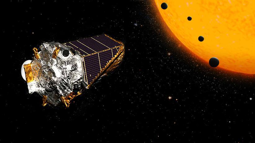 Exoplaneten: Diese Illustration der Nasa zeigt das Kepler-Weltraumteleskop – und das Prinzip, nach dem es Exoplaneten anhand von deren Schatten vor einer Sonne erkennt – also einem Stern, um den sie kreisen.