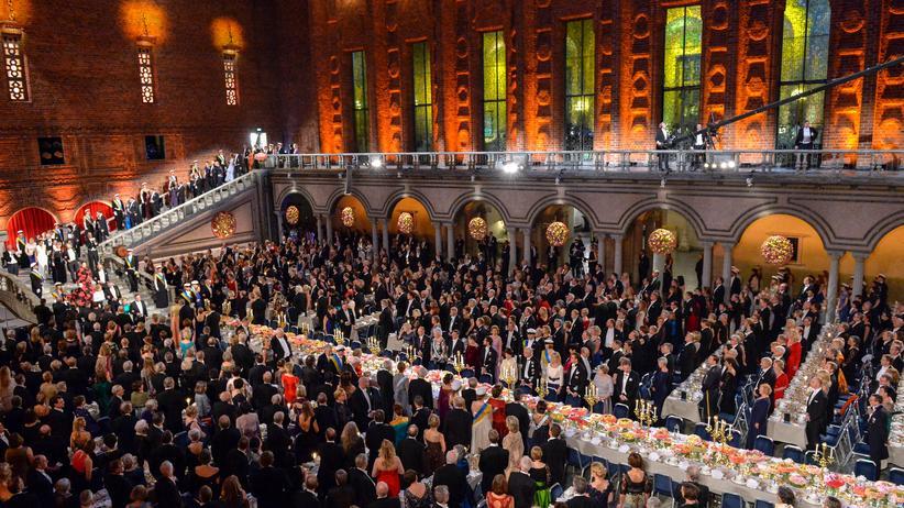 """Nobelpreis: Beim Bankett der """"Nobelwoche"""" quetschen sich Forscher neben Royals."""