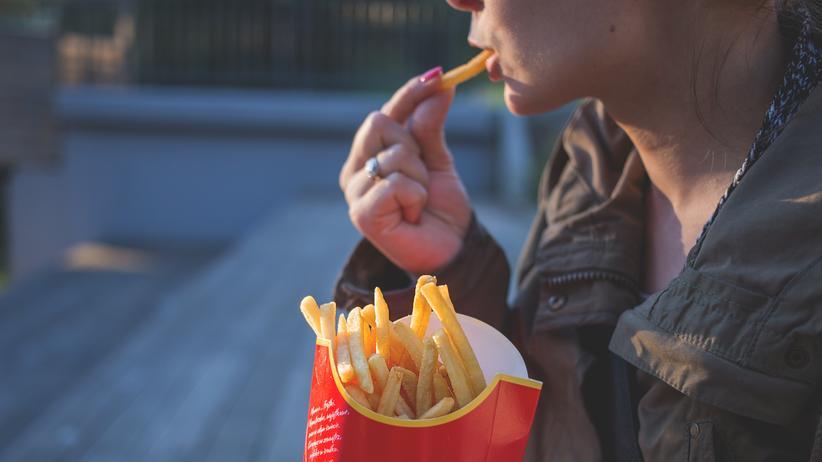 Psychologie: Fast Food-Ketten wissen genau, was sie tun: Das Essen schmeckt überall gleich. Das spricht das Gewohnheitstier in uns an.