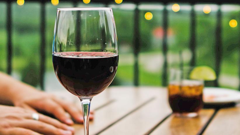 Wein: In fünf Kategorien bewerten Sommeliers den zu verkostenden Wein: Optik, Nase, Gaumen, Abgang – und passende Speise.