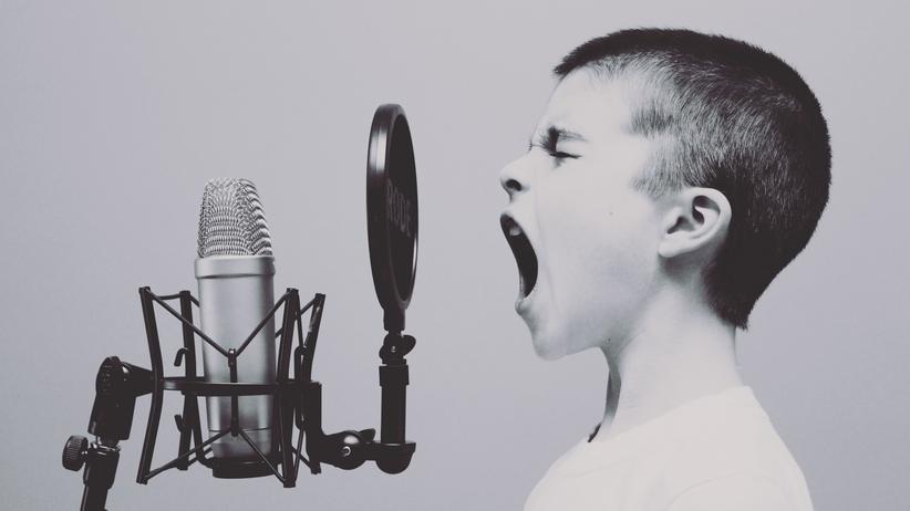 Klang: Mit dem Alter verändert sich die Stimme. Während sie bei Kindern oft klar ist, wirkt sie mit zunehmendem Alter brüchiger.