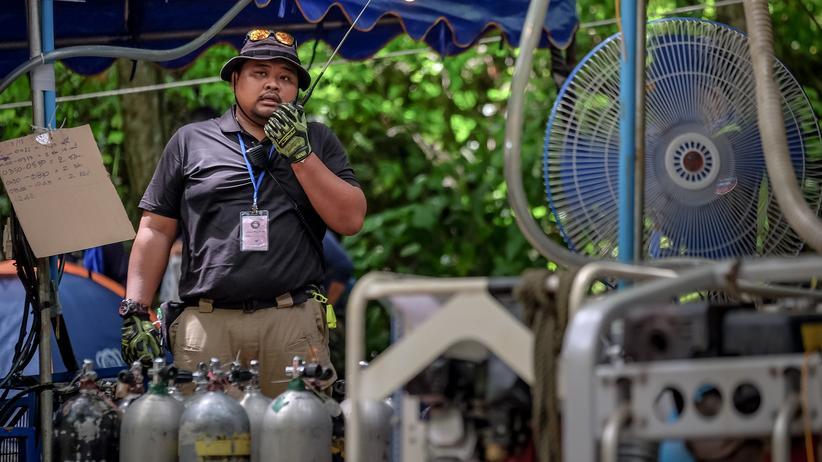 Rettungsaktion in Thailand: 2. Juli, Chiang Rai, Thailand: Pressluftflaschen werden nahe dem Eingang zur Höhle vorbereitet. Im Waldpark Khun Nam Nang Non haben die Retter eine Basisstation eingerichtet. Von dort aus bereiteten Taucher die Bergung der zwölf eingeschlossenen Jungen und ihrem Fußballtrainer vor.
