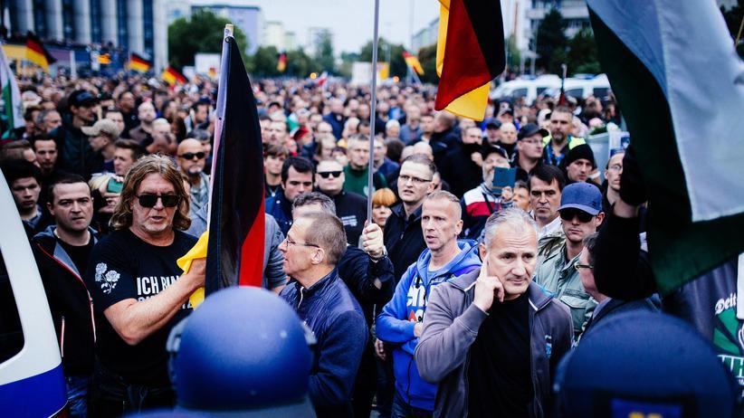 Chemnitz: Am 1. September 2018 riefen unter anderem die AfD und Pegida zu einem Schweigemarsch in Chemnitz auf. Nur Tage zuvor kam es in der Stadt zu rassistischen Ausschreitungen.