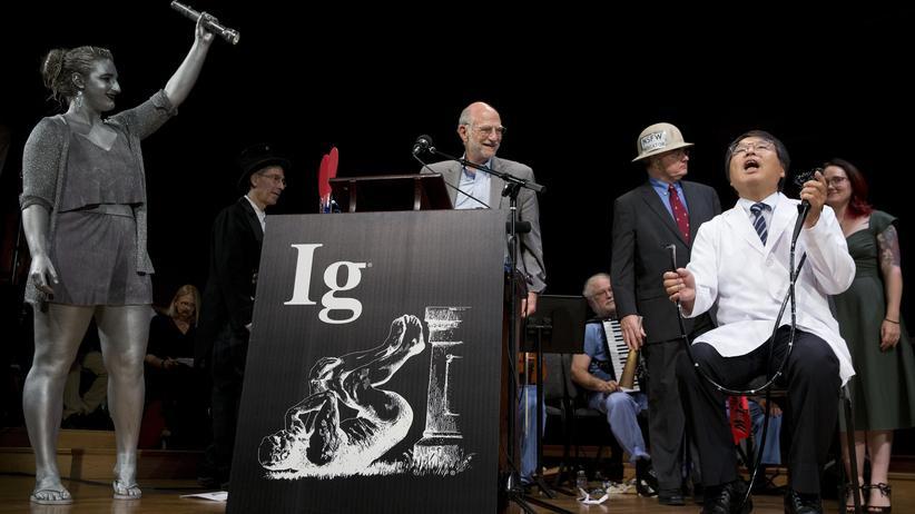 Ig-Nobelpreis: Der Japaner Akira Horiuchi (rechts) demonstriert, wie eine Darmspiegelung auch im Sitzen klappt.