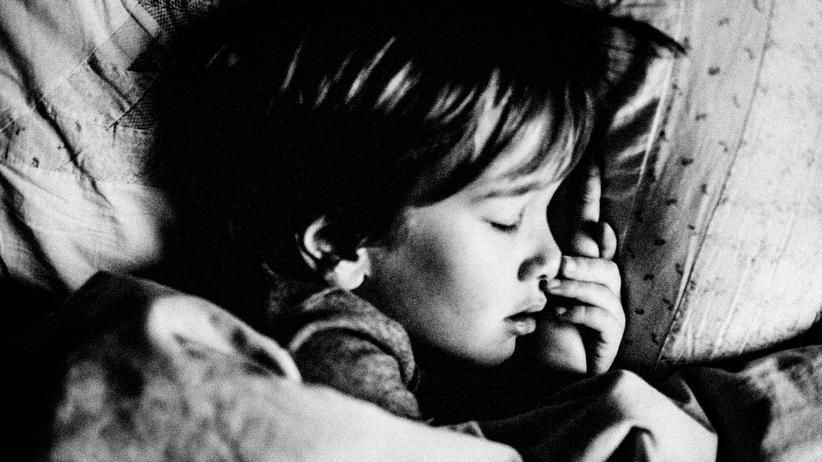 Baby-Schlaf: Endlich sind die Augen zu: Jetzt ganz vorsichtig aus dem Zimmer schleichen.