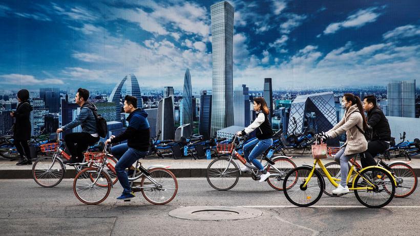 Klimawandel: Um Treibhausgasemissionen zu reduzieren, muss sich der Verkehr weltweit verändern. Natürlich geht es nicht nur mit Fahrrädern, sondern vor allem mit CO2-freien Motoren.