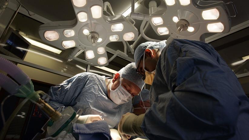 Organspende: Ärzte am Operationstisch während einer Nierentransplantation