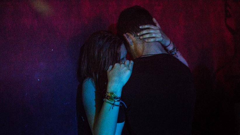 Sexualisierte Gewalt: Nur mit Einverständnis: Ob antanzen, begrapschen oder küssen – was auf Partys, als sexuell übergriffig empfunden werden kann, ist vielfältig.