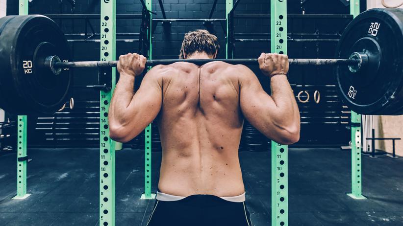 Anabolika im Freizeitsport: Ein Mann stemmt Gewichte. Das trainiert die Muskeln. Doch nicht jedem Menschen, der viel trainiert, sieht man das auch an.