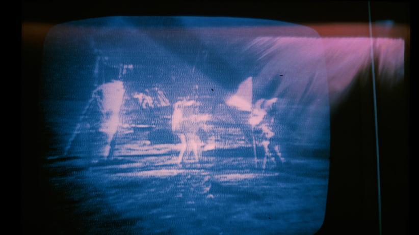 """Mondlandung: Dieses Foto ließ uns unser Leser Hans Link zukommen. Er fotografierte die Mondlandung am 21. Juli 1969 von einem Schwarz-Weiß-Fernseher ab: """"Schlechte Bildqualität, aber hoher Erinnerungswert!"""""""