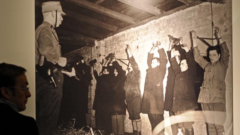 Nationalsozialismus: Regimegegner heben im Strafgefängnis Plötzensee die Hände vor einem Hilfspolizisten der SA. (Fotografie aus dem Jahr 1943)