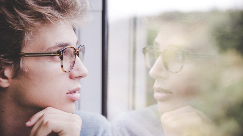 Persönlichkeit: Ein Mann starrt aus dem Fenster: Auf der Suche nach dem Kern der eigenen Persönlichkeit helfen die richtigen Fragen.
