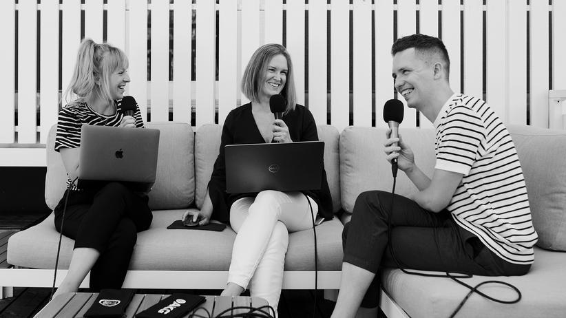 Partnerschaft: Die Wissenschaftsjournalistin Alina Schadwinkel (links) im Gespräch mit der Sexualtherapeutin Melanie Büttner (Mitte) und dem Vizeressortleiter Wissen und Digital bei ZEIT ONLINE, Sven Stockrahm (rechts)