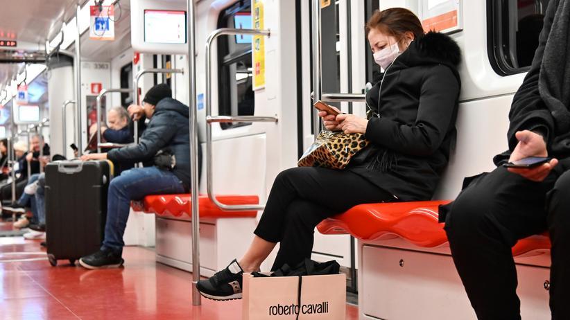 Coronavirus: Eine Frau mit Schutzmaske in der Mailänder Metro