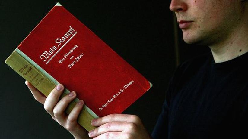"""Adolf Hitlers """"Mein Kampf"""": Verbotene Literatur: Das Institut für Zeitgeschichte möchte eine neue Ausgabe von Adolf Hitlers Buch """"Mein Kampf"""" herausgeben"""
