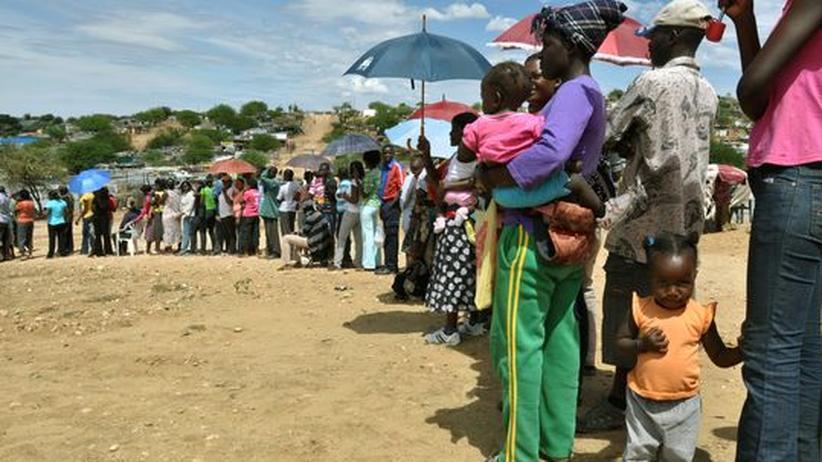 Kolonialgeschichte: Namibier stehen Schlange bei den Parlamentswahlen im November 2009. Auch 20 Jahre nach dem sie die Unabhängigkeit erreicht hat, gewinnt die Swapo-Partei die Wahl