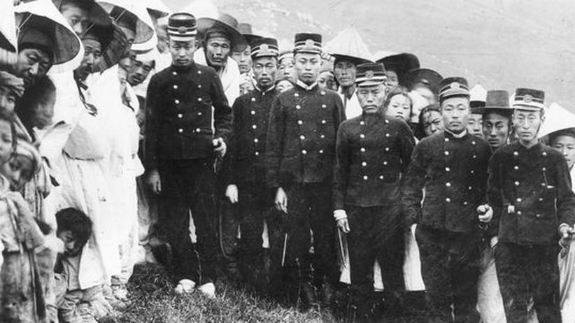 Die neuen Herren: Japanische Gendarmen in Korea. Ein Foto aus den ersten Jahren der Annexion