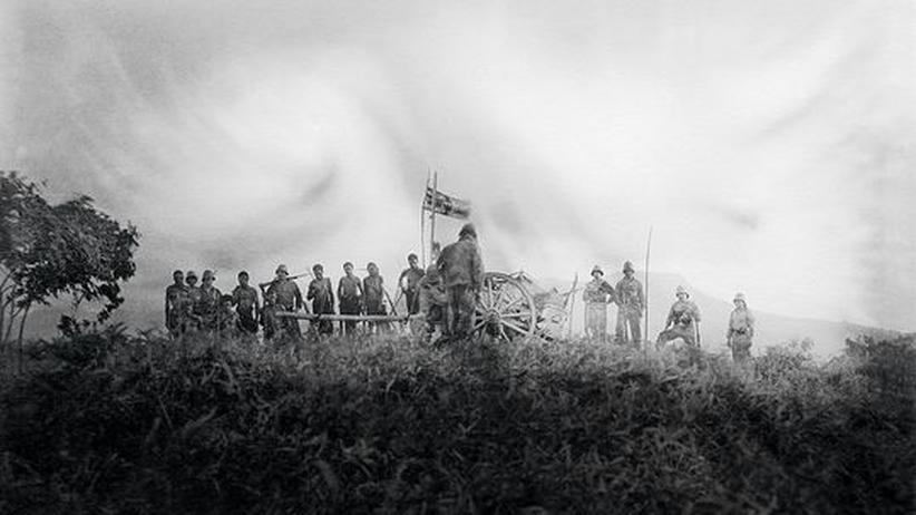 Hermann Kersting befehligte die Truppen. Das Foto zeigt sie mit einheimischen Helfern
