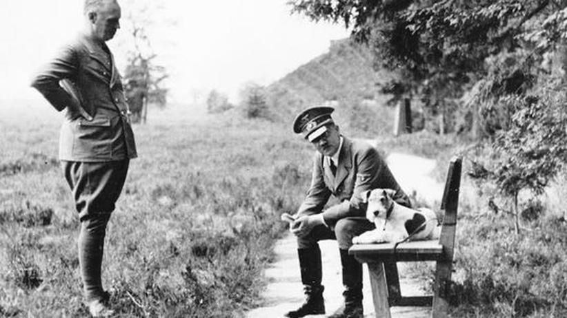 Reichskanzler Adolf Hitler (rechts) spricht mit dem Außenminister Joachim von Ribbentrop