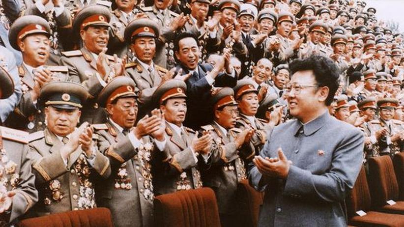 Der nordkoreanische Diktator Kim Jong Il (rechts) begrüßt eine militärische Parade