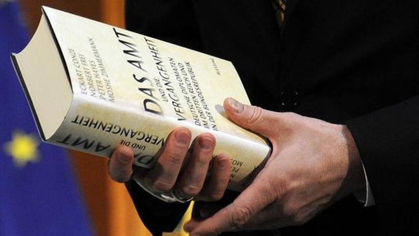 """Buch des Anstoßes: """"Das Amt"""" in den Händen des deutschen Außenministers Guido Westerwelle"""