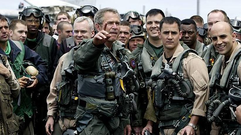 Sechs Wochen nach den ersten Angriffen auf den Irak landet der damalige US-Präsident George W. Bush auf dem Flugzeugträger USS Abraham Lincoln