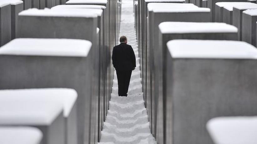 Ein Besucher läuft zwischen den Betonstelen des Holocaust-Mahnmals in Berlin