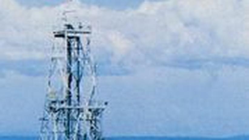 """Das umfunktionierte Bohrschiff """"Cuss I"""" beginnt vor 50 Jahren in die Erdkruste vorzudringen"""