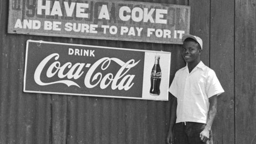 Bis in die entlegensten Winkel der Welt: Ein liberischer Verkäufer preist Ende der 1940er Jahre Coca-Cola an