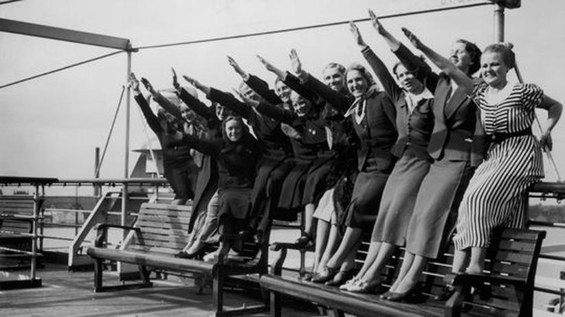 Einige Frauen machen den Hitlergruß an Deck eines Kreuzfahrtschiffs im April 1938.